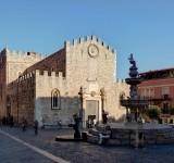 1280px-Taormina_BW_2012-10-05_17-08-52